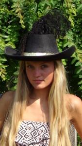 klobouk s pštrosím perem
